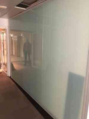Panneaux en verre blanc toute hauteur pour cloison